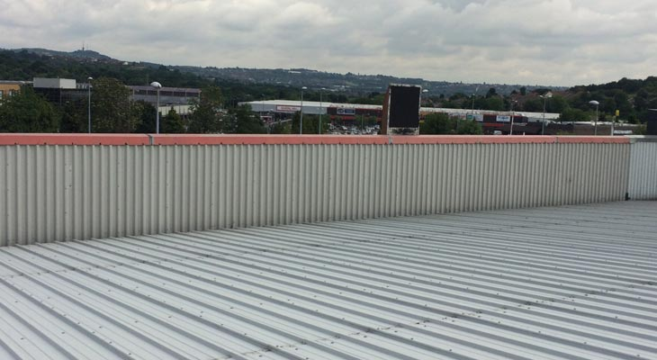 Parapet wall with single skin metal profile sheets