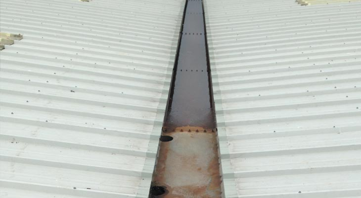 Valley gutter with Giromax applied to the eaves on both sides