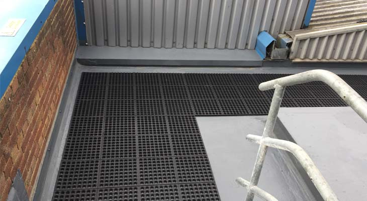 Flat roof corner with rubber interlocking mats