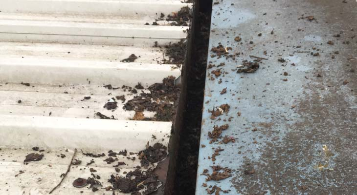 Cleaning narrow industrial gutters